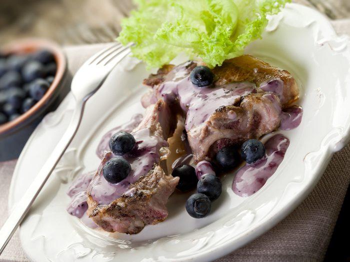 Recette facile de côtelettes d'agneau, sauce aux bleuets et au cassis.