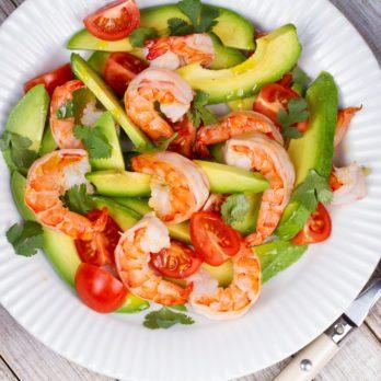 La meilleure recette de salade d'avocat, crevettes et tomates