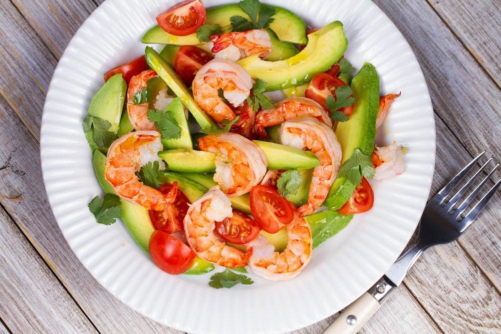 La meilleure recette de salade d'avocat, tomates et crevettes pour cuisiner les tomates fraîches