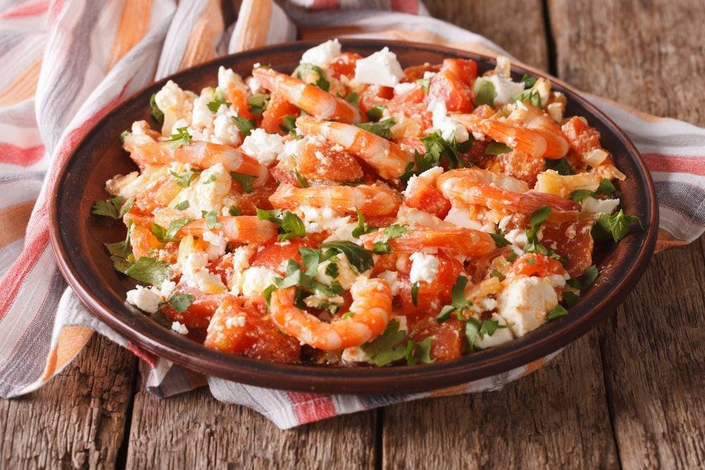 Une recette santé pour les hommes de crevettes, tomates et feta