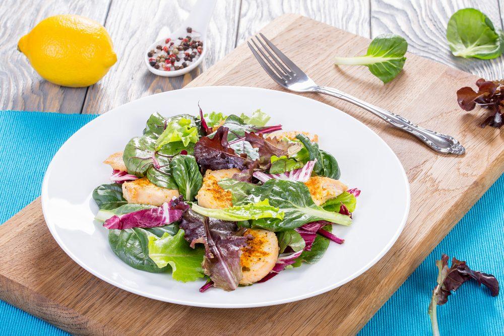 Une salade rapide de poulet et bleuets.
