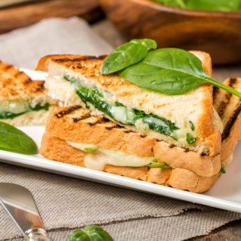 Recette rapide de sandwich à l'épinard, aux champignons et au brie fondant