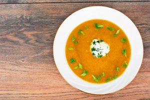 Soupe de patates douces, carottes, pomme et lentilles rouges