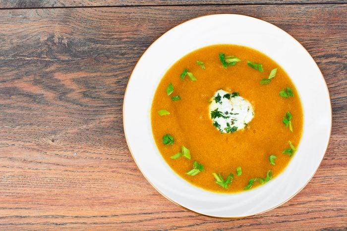 Une recette de soupe aux légumes-racines faible en calories.
