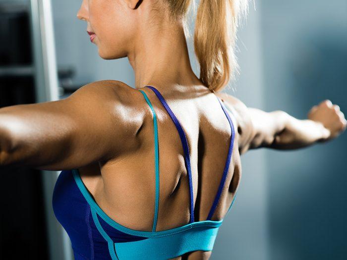 Femme qui fait des exercices pour le dos.