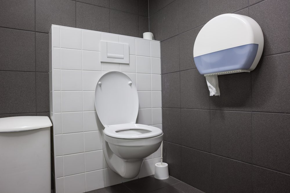 Toilettes publiques: les pires mythes et vérités