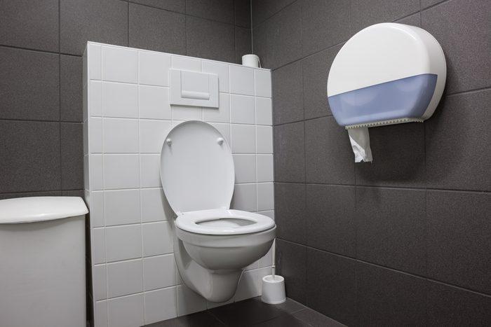 Couvrir le siège de toilette avec du papier: efficace ou non?