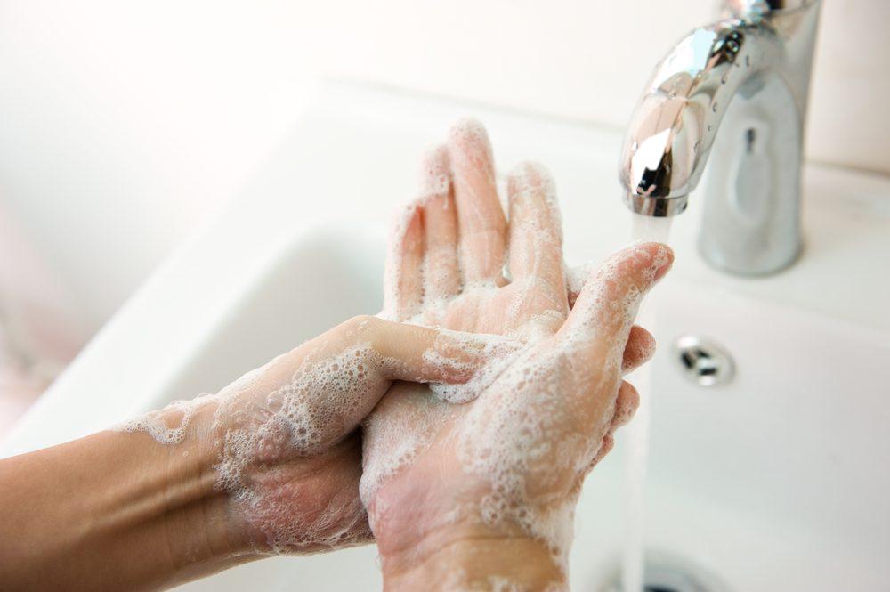 Est-il efficace de se laver les mains dans les toilettes publiques?