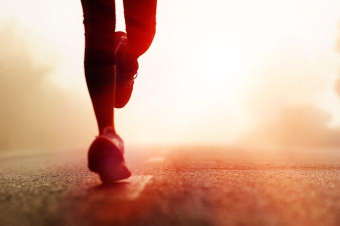 Pied d'athlète : voici les meilleurs remèdes naturels et trucs maison pour vous soulager.