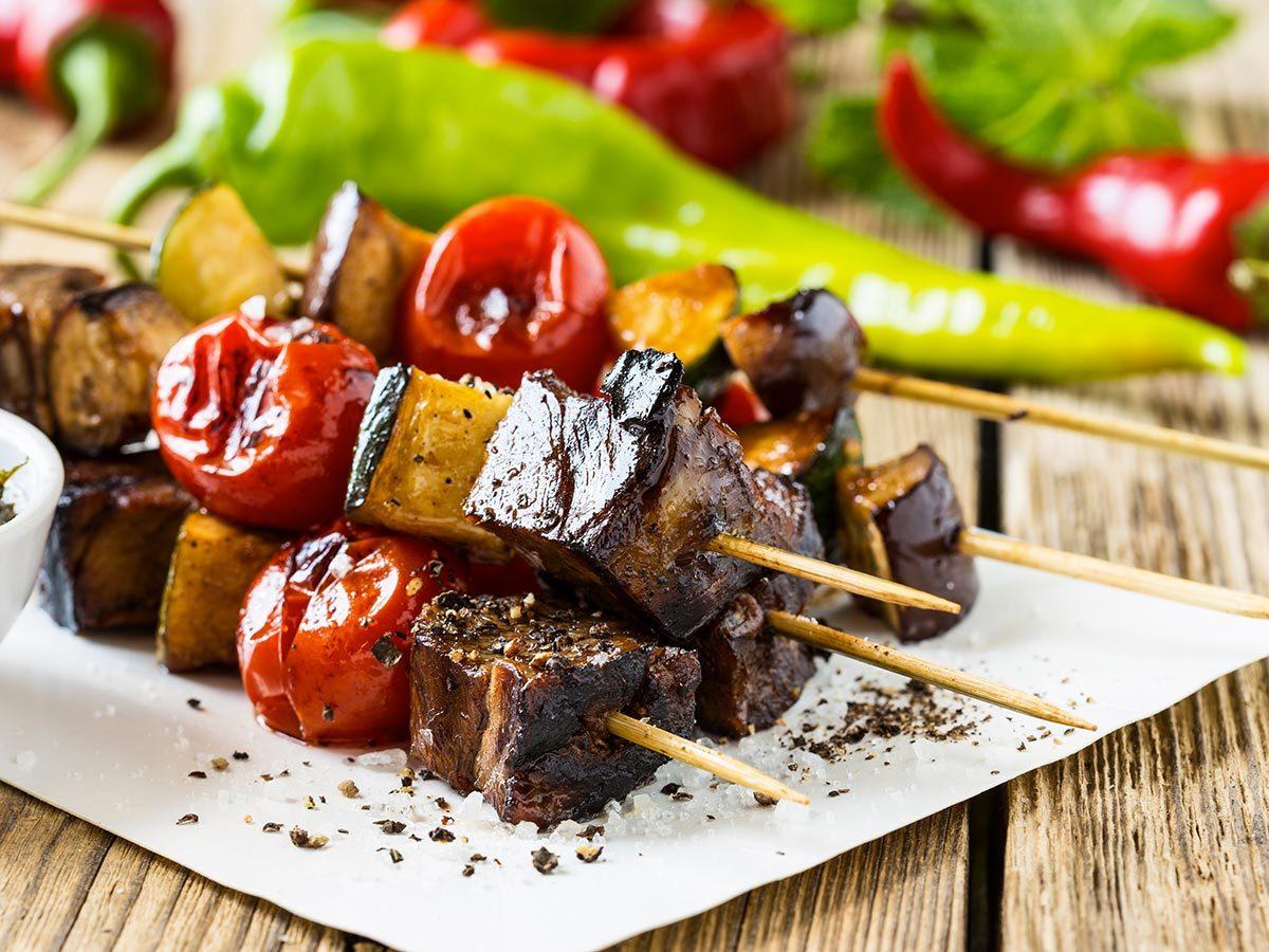 Recette de brochettes de tofu et aubergines.