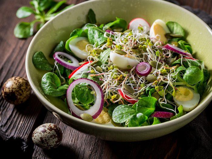 Recette de salade d'herbes sauvages aux graines de citrouille.