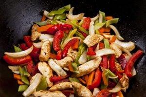 Sauté de poulet, pommes de terre et poivrons