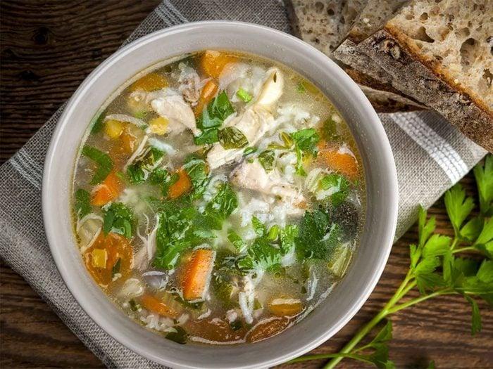 Une recette de potage de dinde à l'ail rôti de moins de 200 calories.