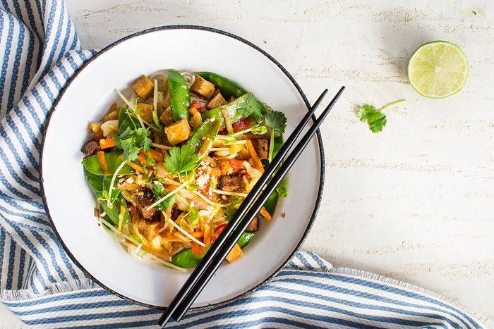 Recette au wok de nouilles soba au tofu.