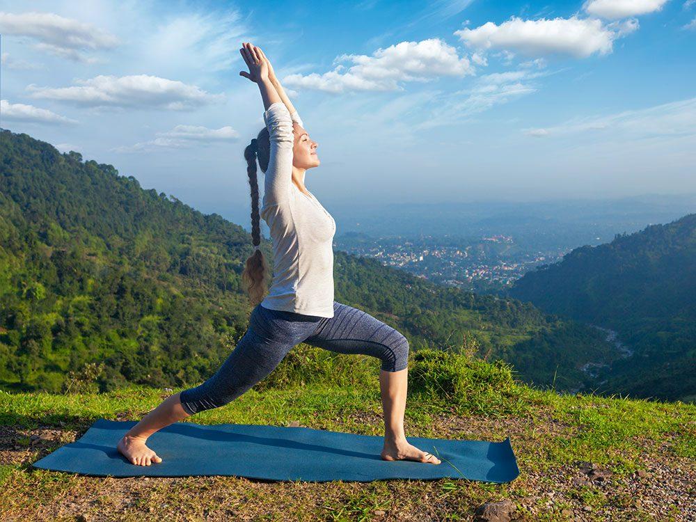 Voici 8 postures de yoga tonifiantes.