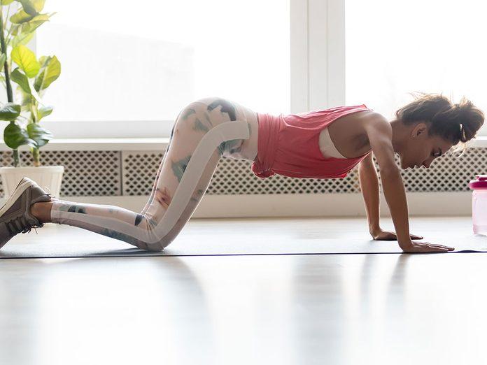 Essayez la posture de yoga modifiée du bâton pour retrouver de l'énergie.