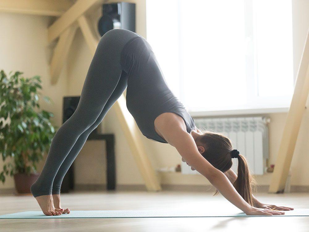 Essayez la posture de yoga du chien, tête en bas pour retrouver de l'énergie.