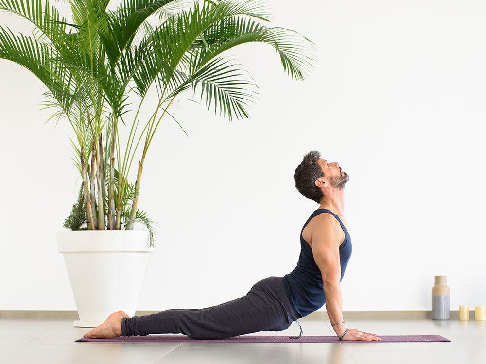 Essayez la posture de yoga du chien, tête en haut pour retrouver de l'énergie.
