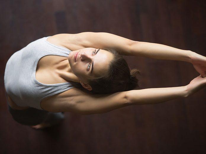 Essayez la posture de yoga de la montagne avec les bras levés pour retrouver de l'énergie.