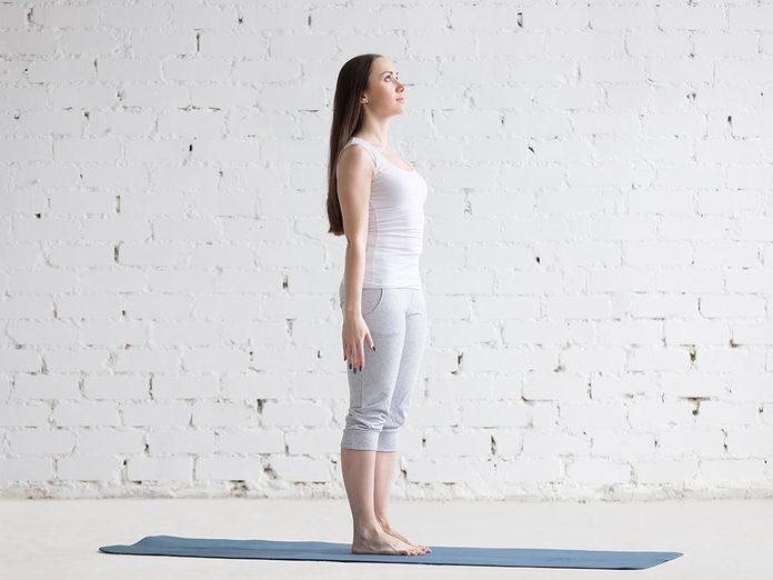 Essayez la posture de yoga de la montagne pour retrouver de l'énergie.