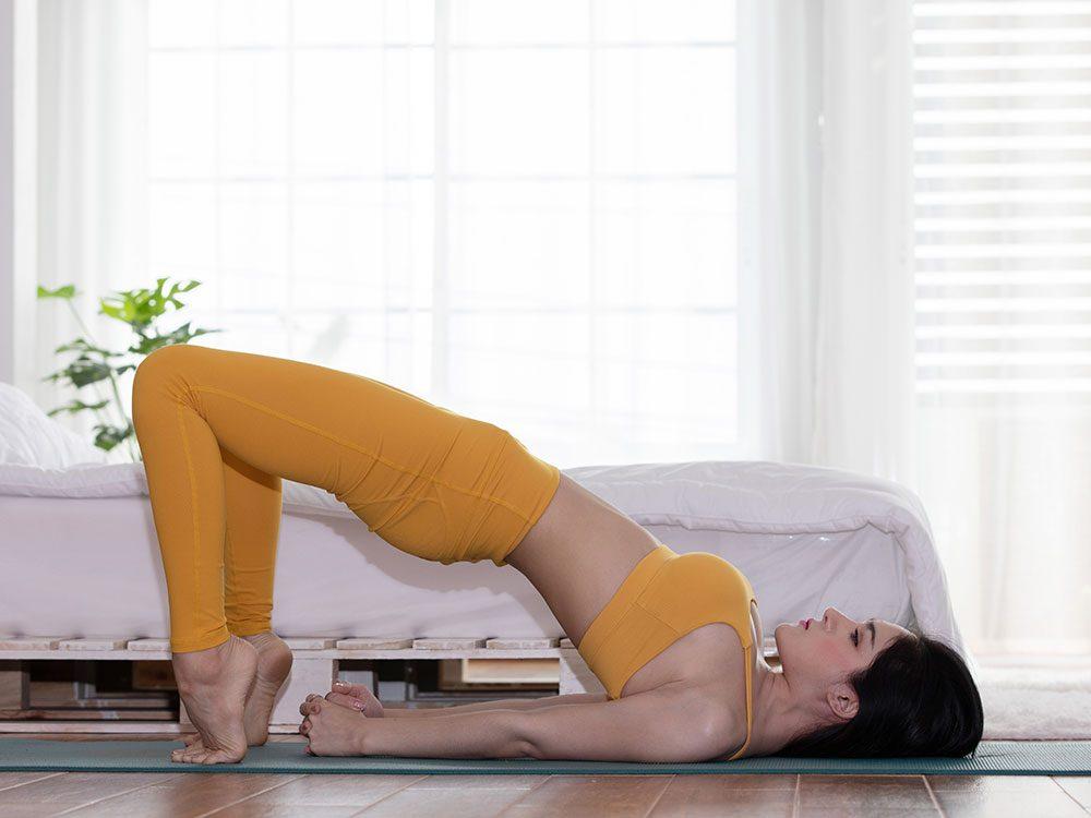 Essayez la posture de yoga du pont pour retrouver de l'énergie.