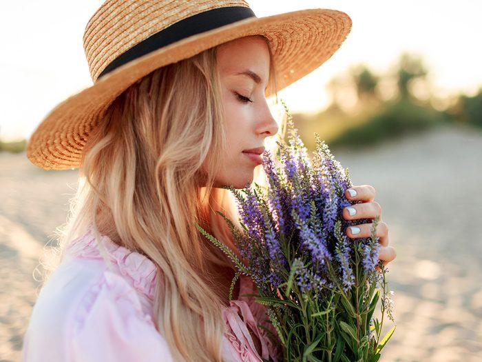 Jeune femme avec des fleurs.