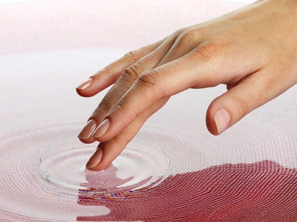 Touchez avec les mains pour développer votre sens du toucher. et les lèvres