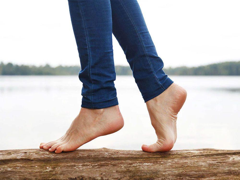 Marchez pieds nus pour développer votre sens du toucher.