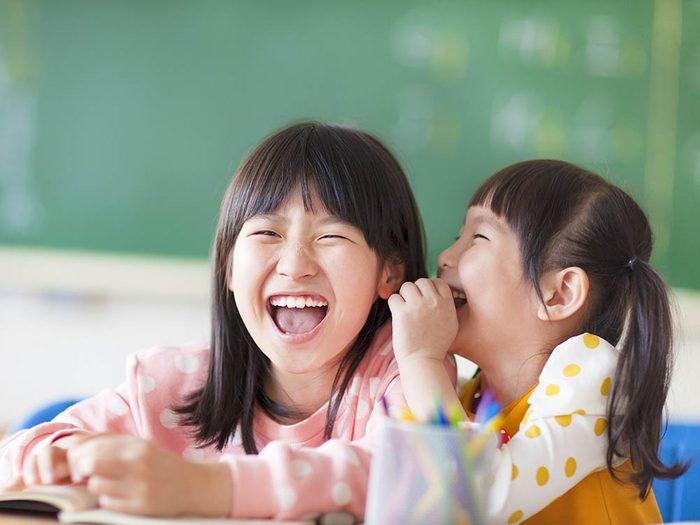 Les bienfaits du rire: il améliore les relations en classe.