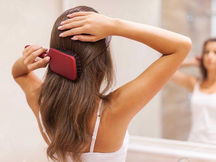 Chute de cheveux: les coups de brosse active la pousse des cheveux.