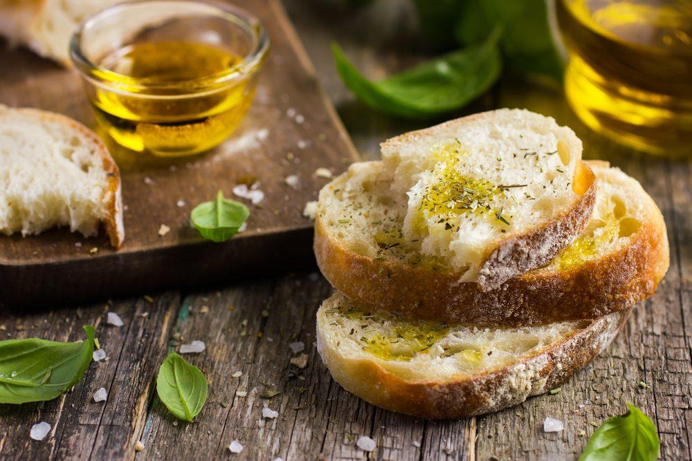 Déjeuner traditionnel en Espagne: Pain avec huile d'olive et café.