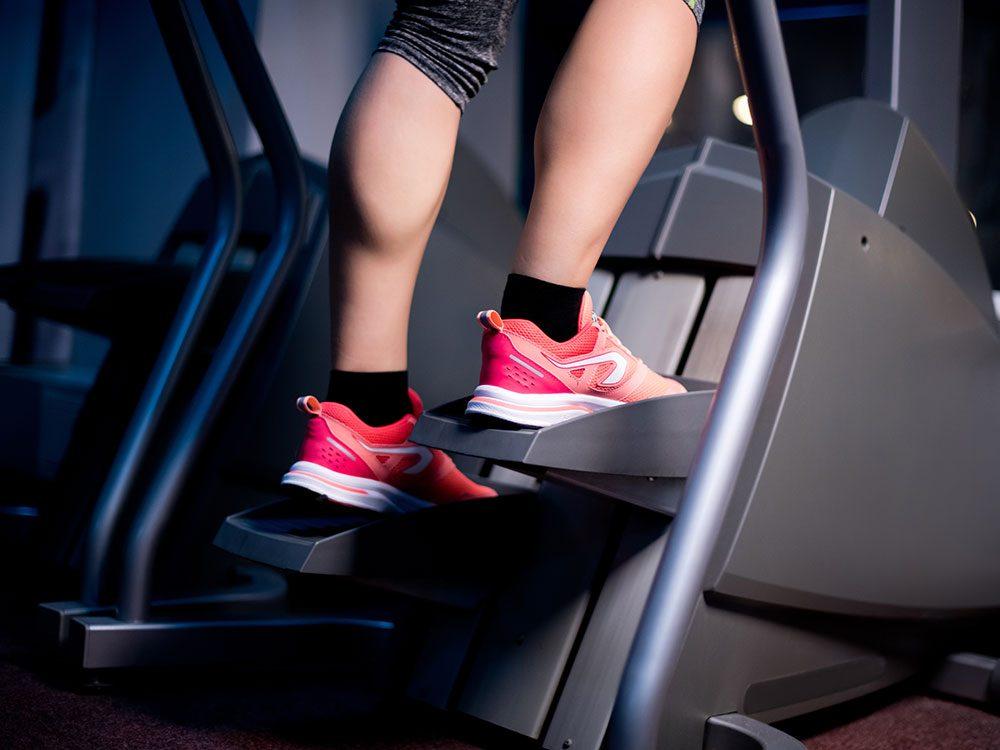 L'escalateur ou stepper est l'un des appareils d'entraînement idéaux.