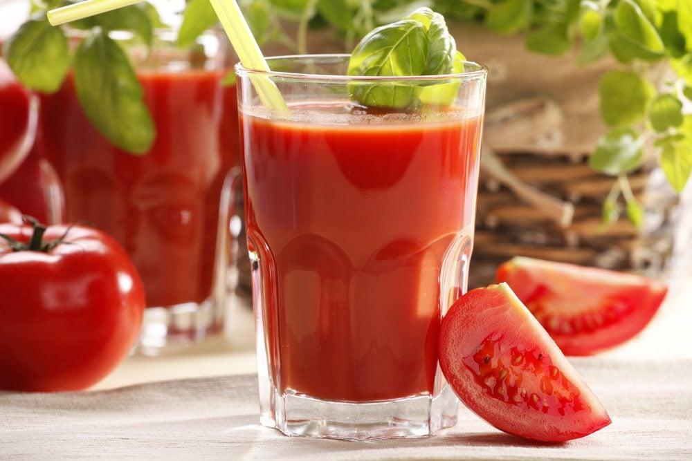 Le jus de tomate est salé et moins bon pour la santé.