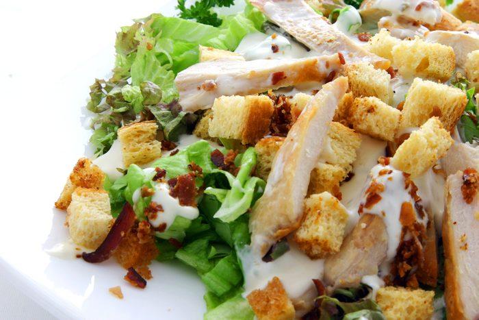 Certaines salades sont mauvaises pour la santé et caloriques.