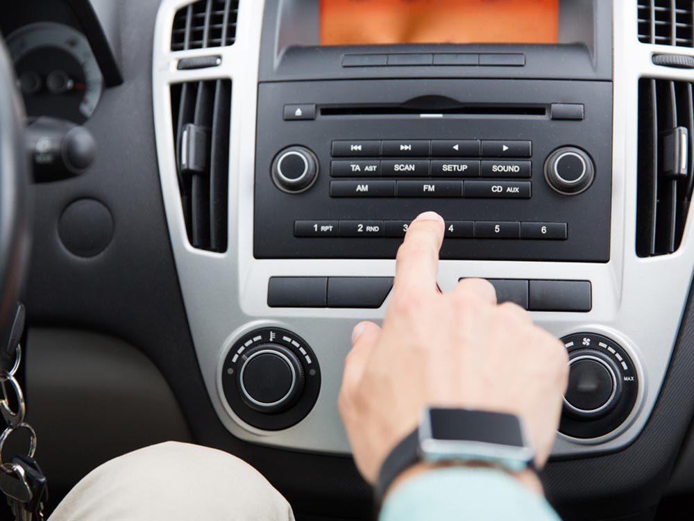 Pour se détendre dans les embouteillages, écoutez un bon livre audio.