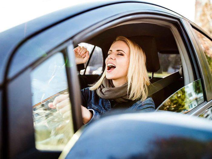 Pour se détendre en voiture, commencez par bouger les épaules.