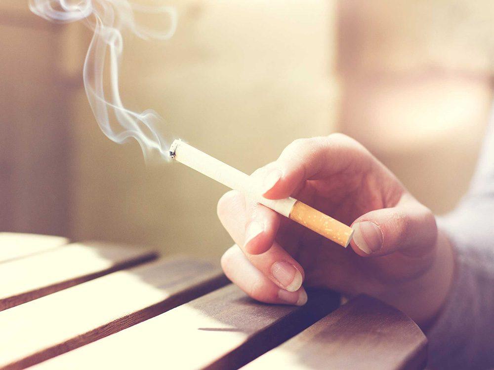 Fumer augment les risques de souffrir d'une maladie buccale.