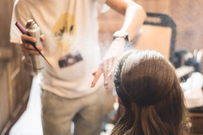 Le métier de coiffeur peut engendrer plusieurs problèmes de santé.