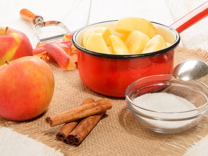 Manger de la compote de pommes pour soulager la gastro.
