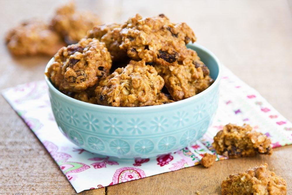 Des biscuits à l'avoine et raisins secs faibles en glucides