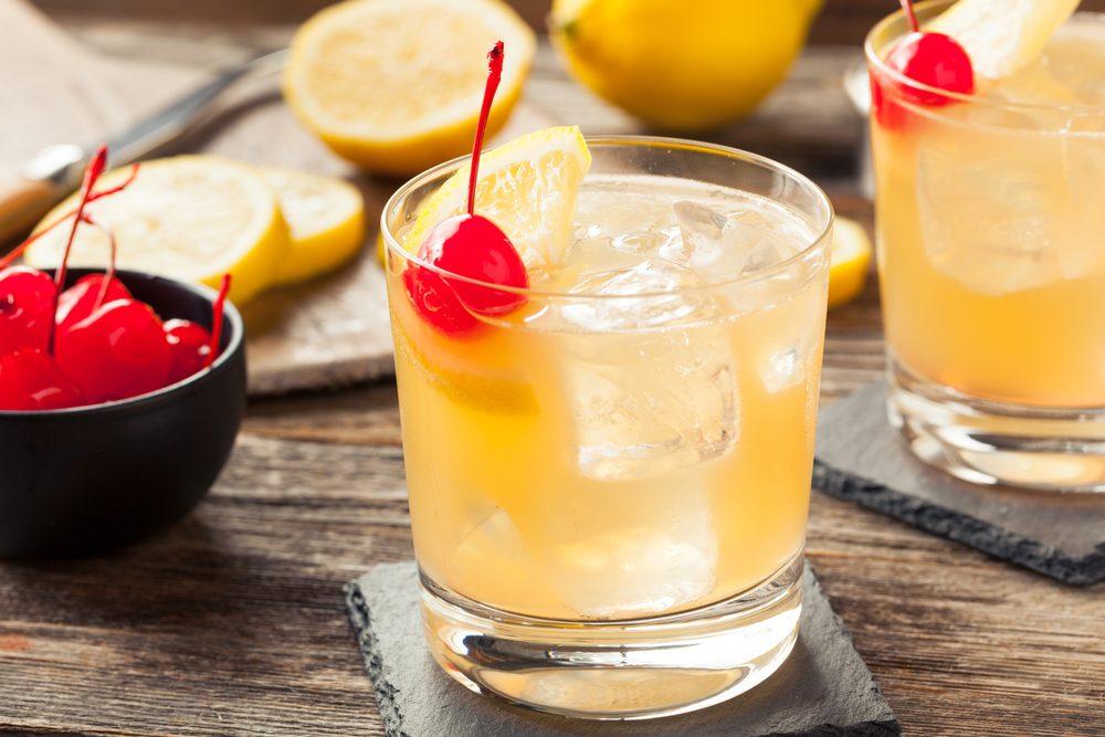 Des cerises au marasquin dans un cocktail
