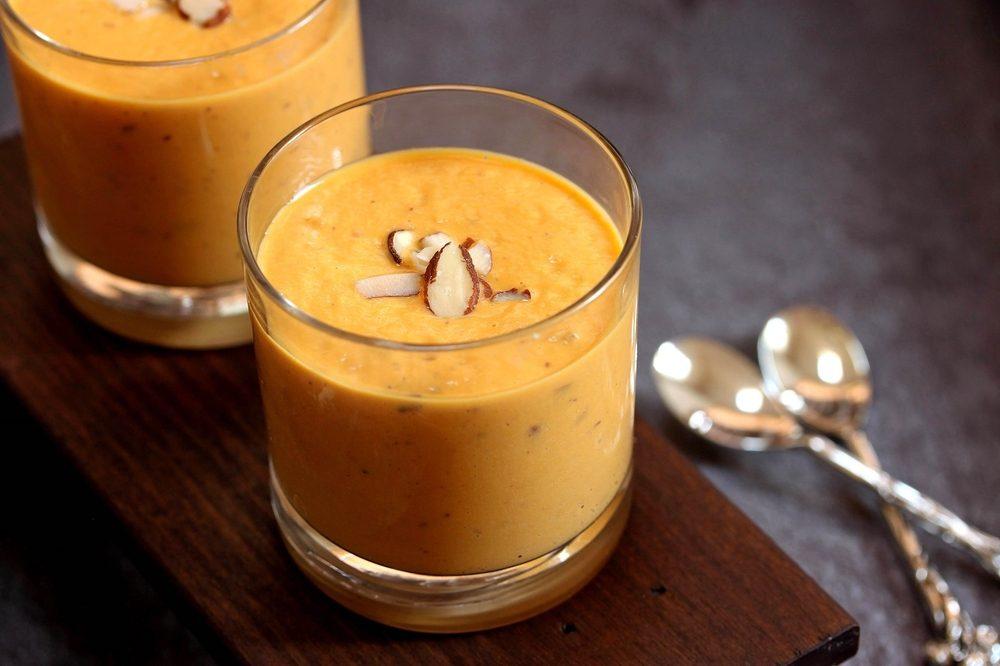 Une recette de smoothie aux oranges et aux amandes.