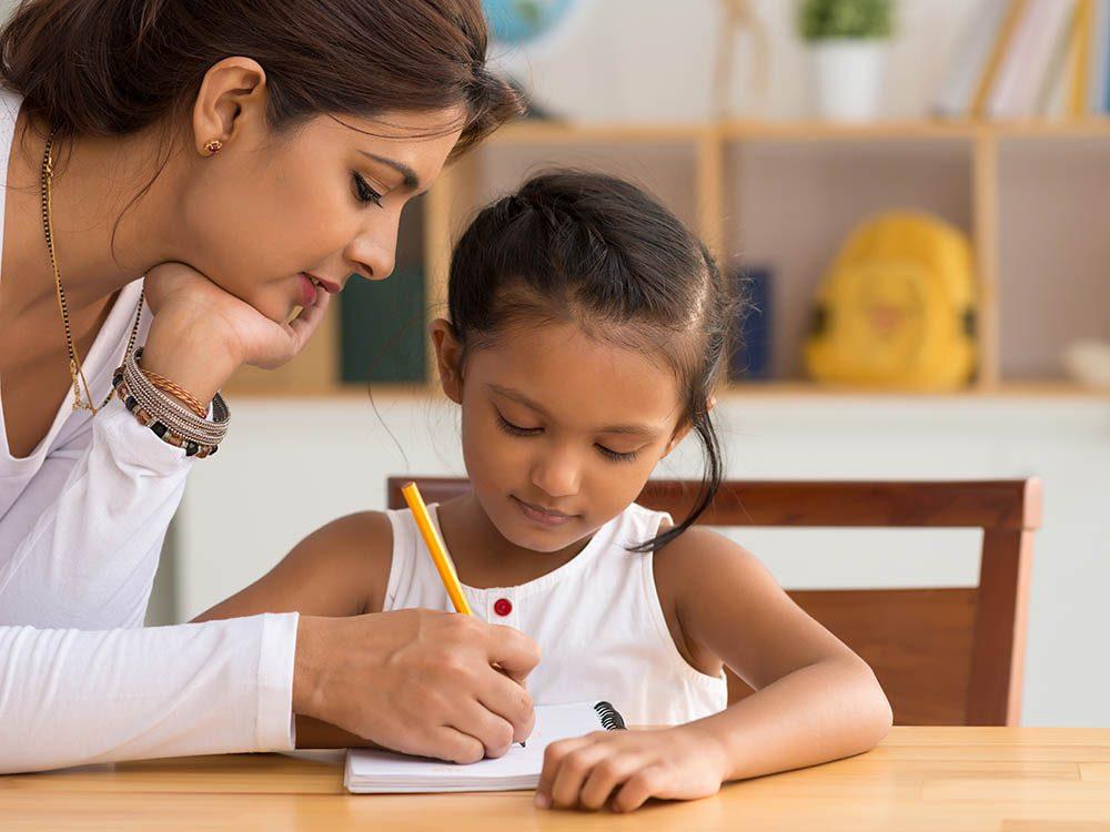 Pour faire aimer l'école à votre enfant, aidez-le à faire ses devoirs.