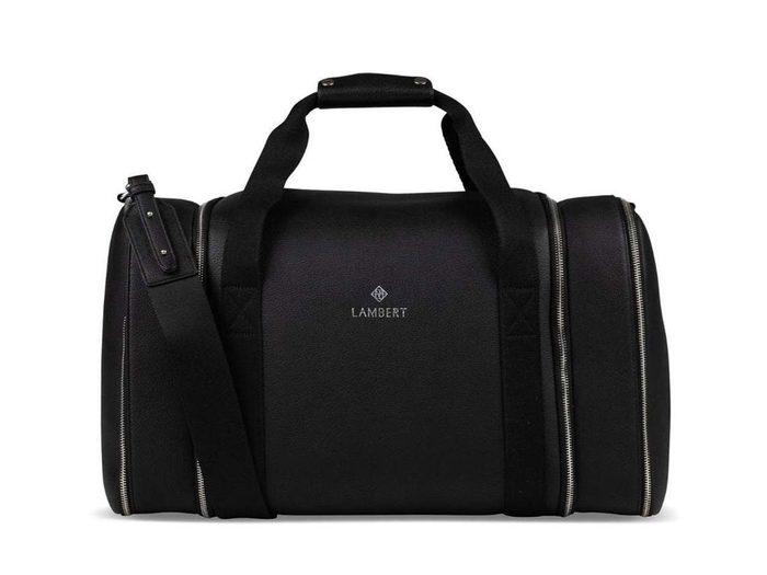Un sac de voyage en cuir végane en tant qu'idée de cadeaux pour la fête des Pères.