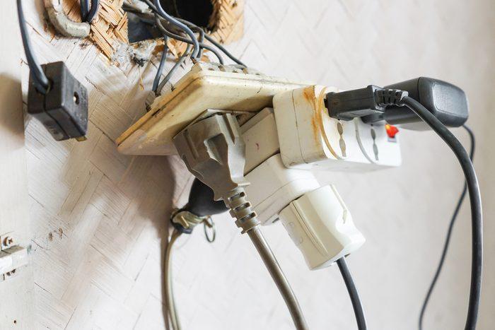 Les prises d'électricité parmi les causes d'incendie.