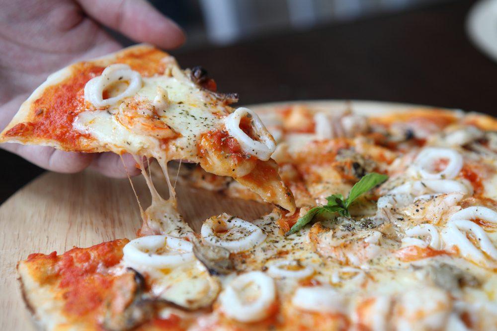 Une pizza santé aux fruits de mer.