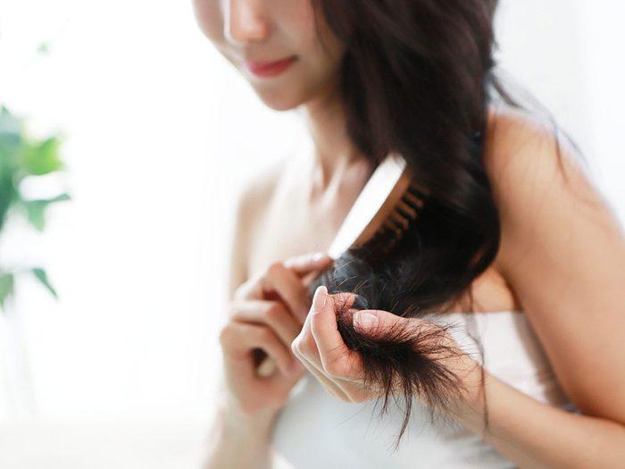 Utiliser le marc de café ajoute de la brillance aux cheveux et en stimule la croissance.