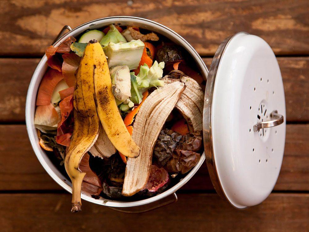 Utiliser le marc de café pour stimuler le compost.