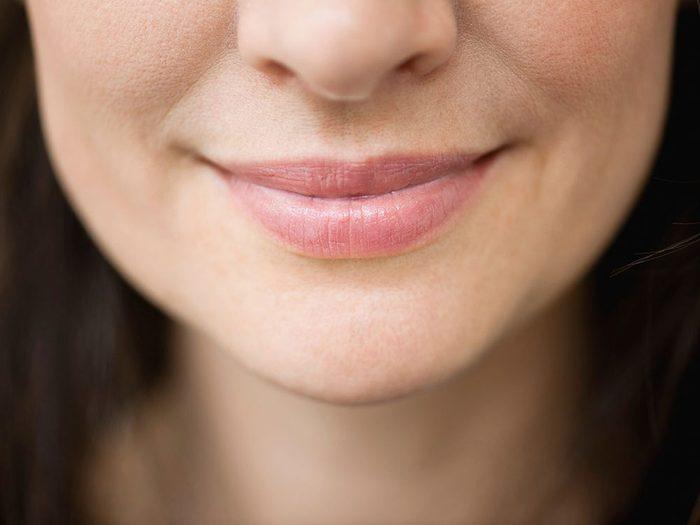 Utiliser le marc de café pour adoucir les lèvres.