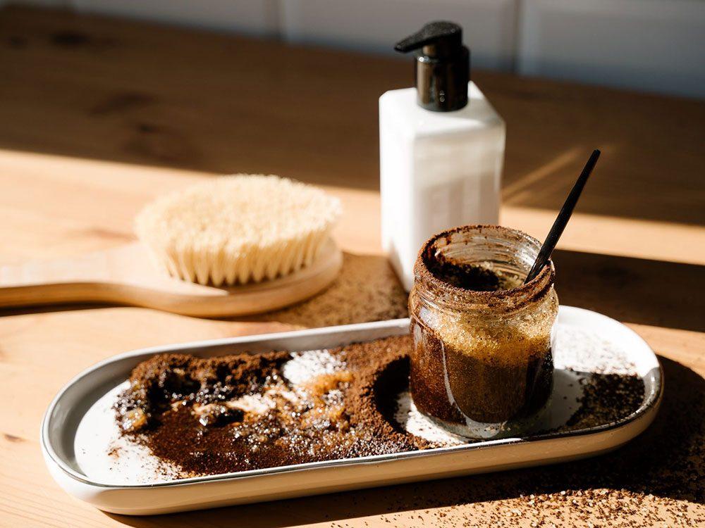 Utiliser le marc de café pour nettoyer.